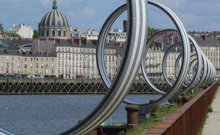 Nantes, le 3 mai 2016, le centre-ville et l'église Notre-Dame-de-Bon-Port vus depuis le quai des Antilles et les anneaux de Buren