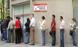Des personnes font la queue à l'entrée du bureau de chômage au centre de Madrid le 30 avril 2010.