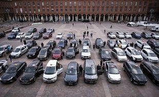 Les taxis toulousains ont rendu un bruyant hommage aux soignants, mardi soir sur la place du Capitole.