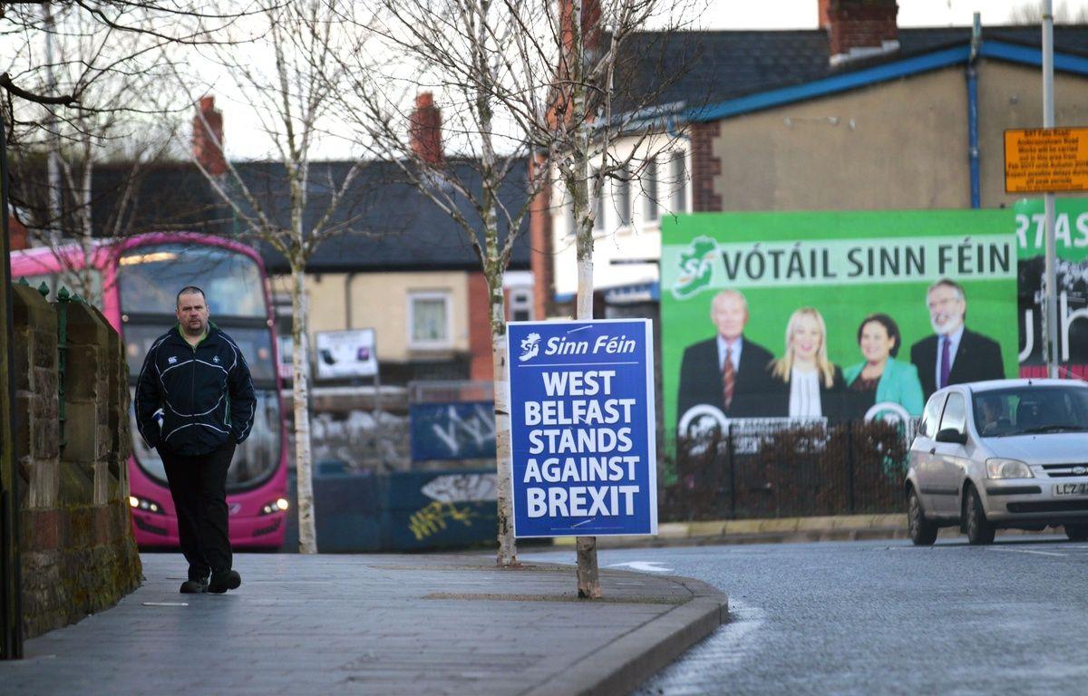 Un homme dans les rues de Belfast ouest, en Irlande. – Peter Morrison/AP/SIPA