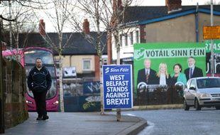 Un homme dans les rues de Belfast ouest, en Irlande.