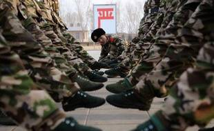 Des recrues s'entraînent à pratiquer le pas de l'oie dans la base armée de Yinchuan, Chine, le 12 janvier 2011.