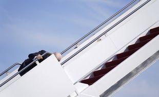 Joe Biden a trébuché en montant à bord d'Air Force One, le 19 mars 2021.