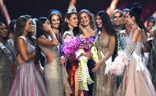 Catriona Gray, couronnée Miss Univers 2018 à Bangkok (Thaïlande) le 17 décembre 2018, entourée par d'autres candidates.