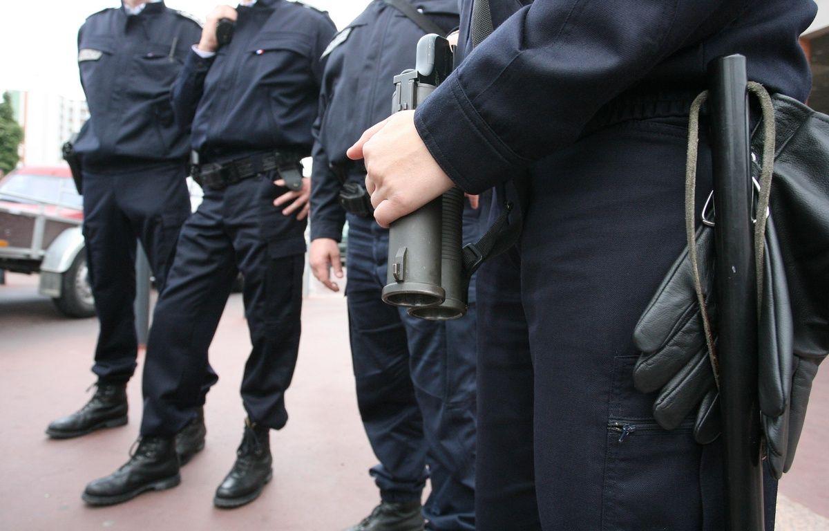 Membre d'une patrouille de la police nationale UTEQ avec arme de poing de type flash ball. – A. GELEBART / 20 MINUTES