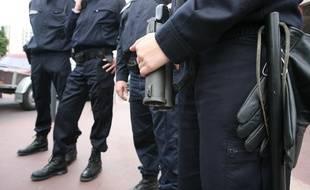 Membre d'une patrouille de la police nationale UTEQ avec arme de poing de type flash ball.