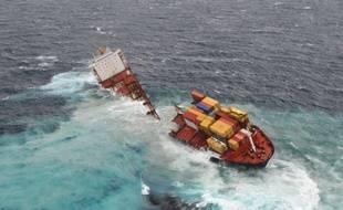 Un cargo échoué depuis trois mois sur un récif néo-zélandais s'est brisé en deux sous l'effet de la tempête, ravivant les craintes d'une pollution pétrolière, a-t-on appris dimanche auprès des autorités maritimes.