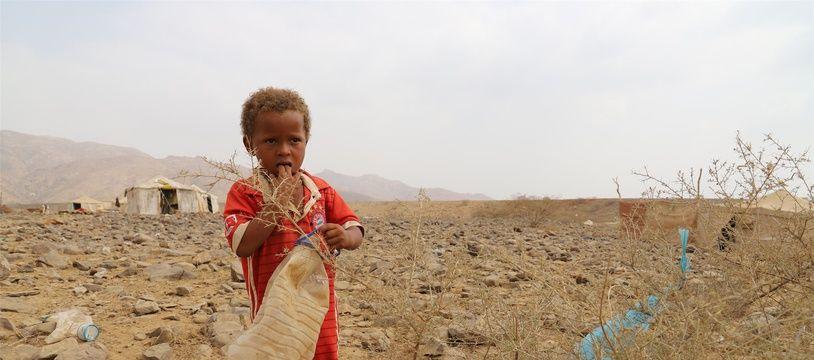 Un enfant dans un camp de déplacés au Yémen.