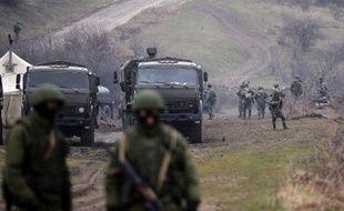 Des soldats russes patrouillent dans les environs de Perevalnoye, en Crimée. En Ukraine, l'armée russe fait tout pour être la plus discrète possible.