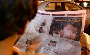 Un homme lit un article sur le pédophile espagnol grâcié par erreur par le roi du Maroc, le 5 août 2013 à Rabat