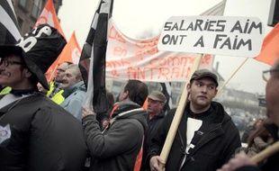 Des employés des abattoirs normands AIM manifestent le 6 janvier 2015 devant le tribunal de Coutances, dans la Manche