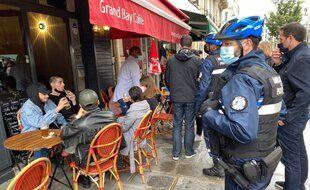 A Paris, ce 19 mai, les agents de sûreté de la mairie veillent à faire respecter les règles en vigueur concernant les terrasses éphémères