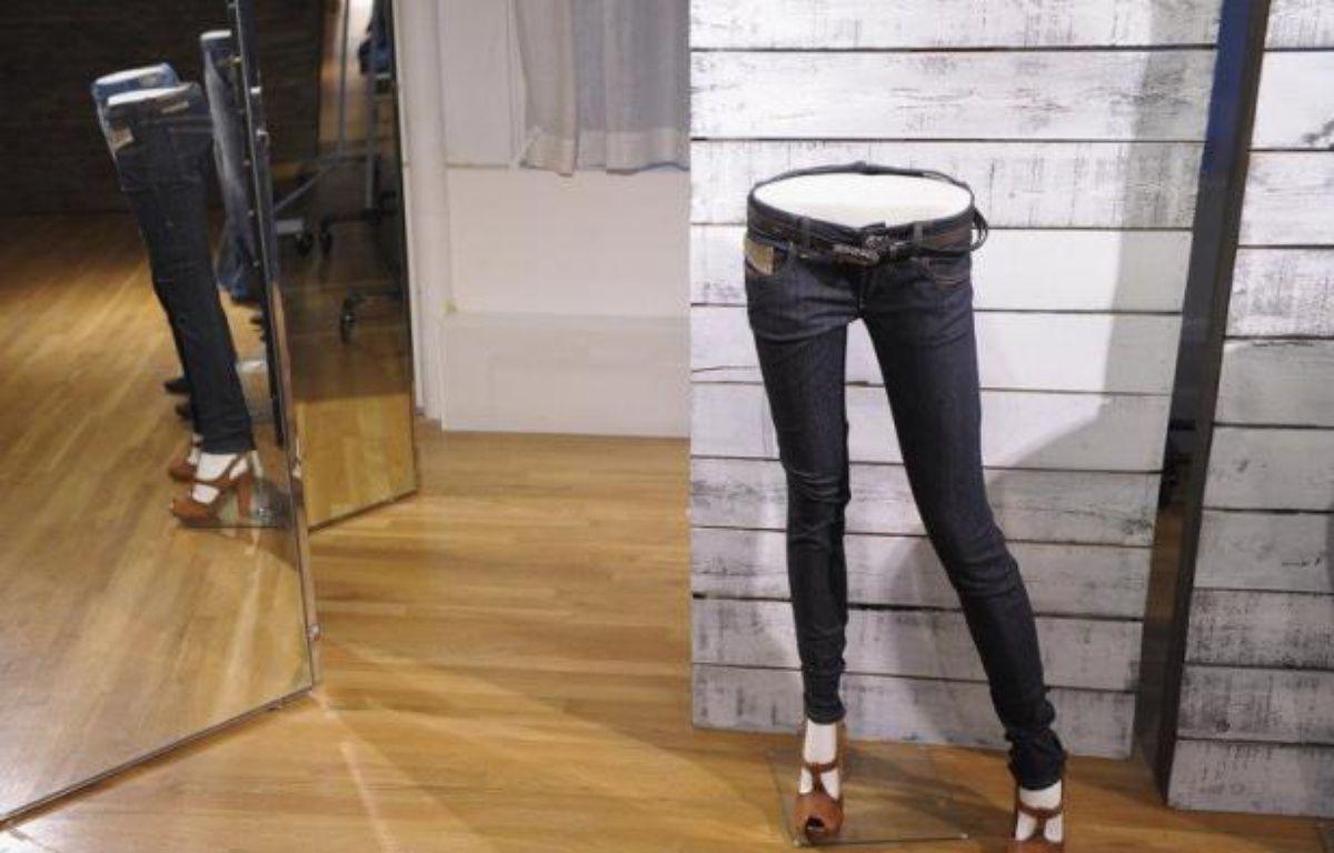 Une nouvelle méthode de production de jeans dévoilée mardi aux Etats-Unis par un ingénieur suisse permet d'utiliser jusqu'à 92% d'eau et 30% d'énergie en moins, et pourrait avoir des effets positifs sur l'environnement si elle était généralisée, selon son concepteur. – Michael Loccisano afp.com
