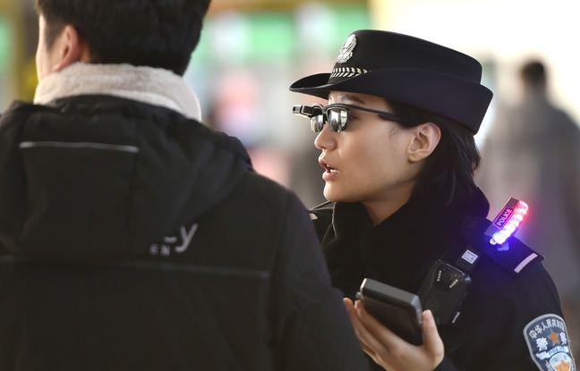 Agente de police chinoise équipée des lunettes de soleil à reconnaissance faciale.