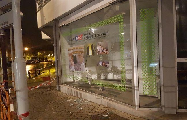 La vitrine brisée de la nouvelle agence de finance islamique, à Rezé.