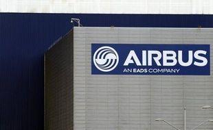 L'avionneur européen Airbus a affiché jeudi un carnet de 493 commandes nettes à la fin mai, stable depuis un mois, tandis que Boeing refait son retard à quelques jours du salon aéronautique du Bourget où s'annoncent de gros contrats.