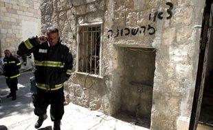 Des inconnus ont tenté de mettre le feu lundi à un immeuble à Jérusalem habité par des immigrants africains dont quatre souffrent de brûlures et d'inhalation de fumée, a annoncé la police.