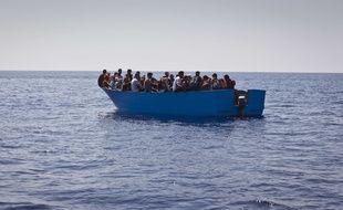 Des migrants sur une embarcation en bois au nord de la Libye lors d'une opération de sauvetage de SOS Méditerranée et MSF le 29 août 2017.