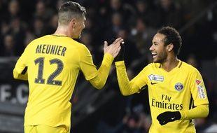 Neymar félicite Meunier après son but contre Rennes, en demi-finale de Coupe de la Ligue.