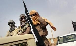 Des combattants du Mujao, près de l'aéroport de Gao, dans le nord du Mali, le 7 août 2012