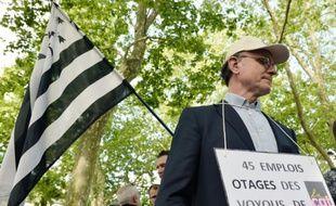 """Un manifestant proteste pour demander aux syndicats d'arrêter le """"blocage de l'économie et de l'emploi"""", à Nantes le 27 mai 2016"""