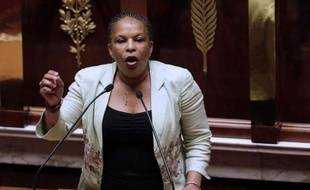 """Christiane Taubira a ouvert mercredi à l'Assemblée la seconde lecture du projet sur le mariage gay en fredonnant le """"temps des cerises"""" pour décrire des bonheurs futurs mais s'en est pris aux """"factieux"""", aux """"cracheurs de haine"""" qui s'opposent violemment au projet."""
