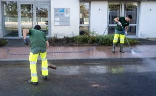 Deux employés de la métropole de Toulouse terminent de nettoyer la permanence de la députée LREM Monique Iborra.