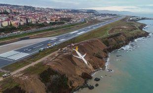 Des images montrent l'appareil dangereusement arrêté, les roues embourbées dans la falaise descendant vers la Mer Noire.