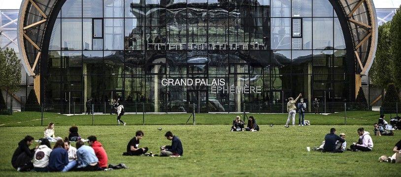 Le Grand Palais éphémère sur le Champ de Mars à Paris, avec le reflet de la Tour Eiffel.