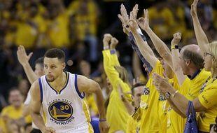Stephen Curry et Golden State ont largement battu Cleveland en match 2 des finales NBA, le  5 juin 2016.