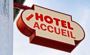 Panneau qui indique l'accueil d'un hôtel (illustration).