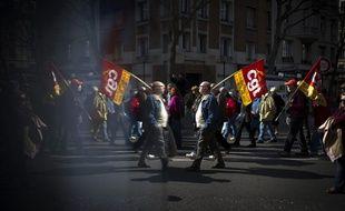 Un manifestant brandit un drapeau de la CGT, le 17 mars 2015 à Paris.