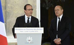 François Hollande, aux côtés du ministre de la Défense Jean-Yves Le Drian, le 13 juillet 2015.