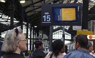 Des voyageurs en gare de Paris Saint-Lazare (Illustration).