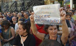 Des hommes et des femmes manifestent dans les rues de Pampelune, le 21 juin 2018.