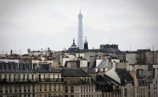 La tour Eiffel apparaît derrière des immeubles à Paris le 4 avril 2014