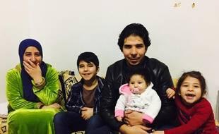 Armi entouré de sa femme et de ses trois enfants.