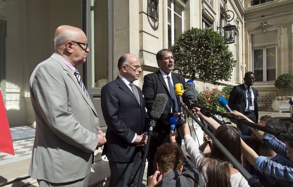 Bernard Cazeneuve, entouré du secrétaire général du CFCM Abdallah Zekri (à g.) et du président du CFCM Anouar Kbibech (à dr.), lundi 1er août 2016. – VILLARD / SIPA