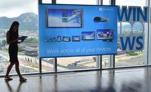 """Un panneau montrant la nouvelle version de Microsoft """"Windows 10"""" lors de son lancement à Séoul le 29 juillet 2015"""