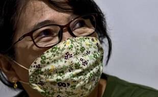 Illustration d'une femme avec un masque et des lunettes.