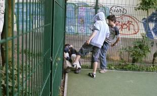 Des élèves agressant un camarade dans une école en Allemagne, le27 juin2006.