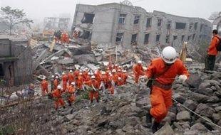 Une forte réplique ressentie dans le sud-ouest de la Chine a entravé encore un peu plus dimanche la recherche de survivants au séisme de lundi et l'aide aux quelque 5 millions de réfugiés menacés par des risques d'épidémies.