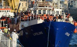 """Le """"Lifeline"""" a accosté à Malte après une semaine de dérive."""