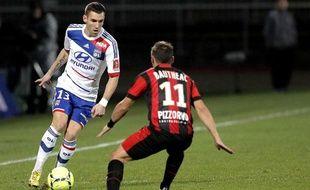 Anthony Réveillère face à Eric Bauthéac lors du match aller entre Lyon et Nice le 22 décembre 2012.