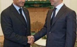 """Le président français Nicolas Sarkozy et son homologue russe Dmitri Medvedev, qui a ordonné la fin des opérations contre la Géorgie, ont présenté mardi un plan pour régler le conflit russo-géorgien, Tbilissi demandant de son côté une """"assistance militaire"""" à l'Otan."""