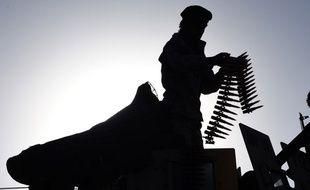 Illustation d'un membre des forces de sécurité à Kaboul manipulant des munitions, le 16 juin 2017 à Kaboul en Afghanistan