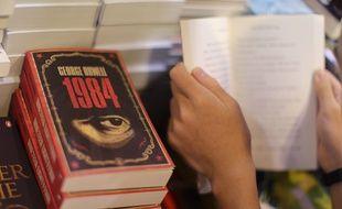 Une pile d'exemplaires du livre «1984» de George Orwell à Hong Kong, le 15 juillet 2015.