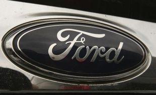 Le constructeur automobile américain Ford a annoncé jeudi qu'il allait présenter un prototype de voiture électrique dont la batterie se recharge avec un panneau solaire installé sur son toit.