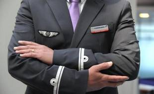 Indissociable des pilotes, hôtesses et stewards, l'uniforme est devenu un outil de marketing des compagnies aériennes et, au-delà de l'époque qu'il reflète, peut constituer un véritable enjeu de société.