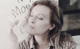 Valérie Trierweiler se met en scène sur son compte Twitter après la polémique sur la cigarette.